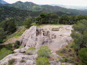2.Развалины церкви, вырубленной в скале.
