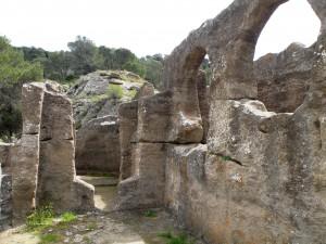 3.Развалины церкви, вырубленной в скале.