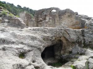 4.Развалины церкви, вырубленной в скале.